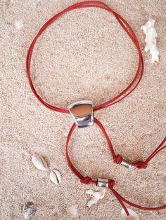 Collar largo de antelina roja y adornos de zamac. Altura regulable con el adorno central, subiéndolo y bajándolo y también añadiendo un nudo para fijar la altura.