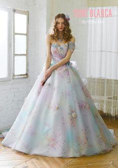 YB-15556MIX - 桂由美 カラードレス - ユミカツラ、オリジナルプリントの ブーケ柄のグランドを、オンブレ調にアレンジした モノシフォンのソワレ。 バックリボンが愛らしいニュアンスのパステルのドレスです。柔らかなタッチのアンニュイ感が人気のカラードレスで優しさが醸し出されてるカラードレスです。 魅せ方によって多色なカラーバランスも頼もしい1着です。ス