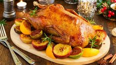 Roast duck with mashed potatoes and cranberry sauce will make you forget turkey. Plus, it resembles turkey as well! Roast Recipes, Chicken Recipes, Cooking Recipes, Healthy Recipes, Oven Dishes, Tasty Dishes, Baking With Honey, Roast Duck, Creamy Chicken