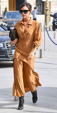 Victoria Beckham Wears Victoria Beckham for Meeting with Spice Girls Manager Victoria Beckham Outfits, Victoria Beckham Style, Vic Beckham, Victoria Fashion, Style Couture, Spice Girls, Daily Fashion, Nice Dresses, Celebrity Style