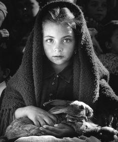 "Jean Dieuzaide ,""La petite fille au lapin"", Portugal, 1953. Bela foto, bela menina. Portuguesa."