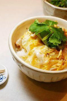 実家の母が作る親子丼。 あまりに美味しいのでレシピを聞き出しました!昔、定食屋さんから教わったそう。。 Marinated Chicken Recipes, Ground Chicken Recipes, How To Cook Rice, Food To Make, Cambells Recipes, Chicken Tetrazzini Recipes, Asian Recipes, Healthy Recipes, Kitchen