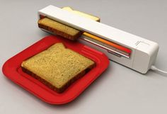 Uma torradeira para ter no trabalho! Roller Toaster by Jaren Goh, concept design and Winner of the 2006 Red Dot Award Geek Gadgets, Gadgets And Gizmos, Electronics Gadgets, Cool Kitchen Gadgets, Cool Gadgets, Cool Kitchens, Amazing Gadgets, Cool Toasters, Food Storage