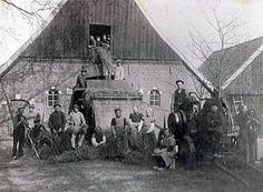 """Boerderij """"De Kievit"""" in Henxel, 1925, oogsttijd voor de familie Bruggers en hun naobers. Bron: oud Winterswijk fb"""