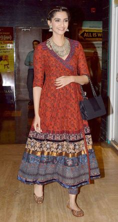 Sonam Kapoor Ahuja traditional kurta designs that are stylish but completely unconventional. She never forgets to pair the right accessories and makeup with kurtas. Pakistani Dresses, Indian Dresses, Indian Outfits, Kurta Designs Women, Blouse Designs, Dress Designs, Indian Attire, Indian Wear, Ethnic Fashion