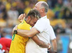 El jugador brasileño Neymar llora en brazos de Scolari, el 28 de junio, tras la victoria de la selección brasileña ante la de Chile en octavos de final de la Copa del Mundo. Foto: José Coelho/EFE.