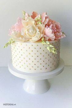 Elegant Mini Birthday Cake Images with Flower and Gold Designs (beautiful birthday cakes flowers) Beautiful Birthday Cakes, Gorgeous Cakes, Pretty Cakes, Cute Cakes, Amazing Cakes, Happy Birthday Cakes For Women, Birthday Cake For Women Elegant, Simple Birthday Cakes, Classy 21st Birthday