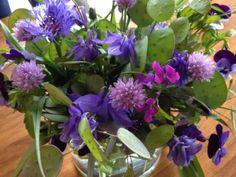Paars - Blauw met Bieslook  en #Akelei , #Judaspenning en #Viooltjes #flower #boeket #tuin #bloemen #bouquet