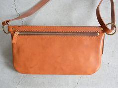 旅で使う鞄として考案したイタリアンレザーのボディバッグ「革鞄のHERZ(ヘルツ)公式通販」 Leather Craft, Leather Bag, Leather Design, Messenger Bag, Smartphone, Detail, Shoulder, Bags, Fashion