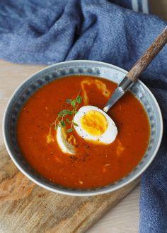 Klassisk tomatsuppe med egg og revet ost – Rask og sunn hverdagsmiddag! – Sukkerfri Hverdag Thai Red Curry, Nom Nom, Spicy, Food And Drink, Eggs, Ethnic Recipes, Healthy Eating, Health, Egg