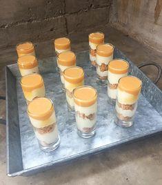 Que ricooooooooooooooooo este postre, demasiado bueno, desaparecieron estos vasos en un par de minutos! Yo lo hice en vasos y lo hice en capas tipo trifle&nbsp Trifle, Flan, Deli, Sweet Recipes, Catering, Panna Cotta, Cheesecake, Cookies, Chocolate