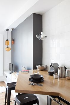 trapezoid bar extension on galley kitchen wall, lots of pendants instead of lamps. Apartment Interior, Kitchen Interior, Herd, Tiny Spaces, Scandinavian Home, Home Kitchens, Kitchen Dining, Home Remodeling, Sweet Home