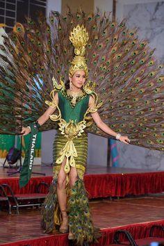 Miss Earth 2016 National Costume Thai Fashion, Weird Fashion, Diy Fashion, Fashion Show, Fashion Dresses, Miss Universe Costumes, Miss Universe 2015, Peacock Costume, Creative Costumes