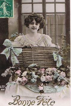 美しいドレスの貴婦人と咲き乱れる薔薇の花がとても美しいポストカード。モノクロの写真にほのかな色付けが施された幻想的な雰囲気です。お祝いの言葉を贈ったカードです。フランスの蚤の市でセレクトしました。※経…