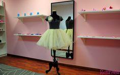 Las multiples capas de tul de la falda de este vestido, nos recuerda a las bailarinas de ballet. La parte superior, muy ajustada y con un sujerente escote, se compone de una capa de tul sobre una base, en este caso azul marino.