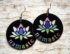 Blij om mijn nieuwste toevoeging aan mijn #etsy shop te kunnen delen: Oorbellen yoga namaste lotus handgemaakt aluminium #1