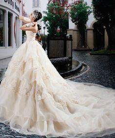 2017 luxurious Beaded Appliqued Tiered Taffeta Wedding Dress Vintage Strapless Ball Gown Ruffled Royal Train Wedding Dress