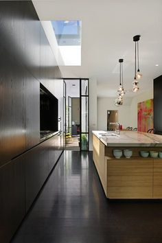 Fitzroy Residence, Victoria, 2013 - Carr Architecture. Cuisine moderne noire. Îlot central en bois de chêne