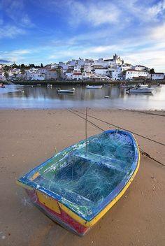 O pequeno barco... Em Ferragudo. f: António Marques Facebook - Viver no Algarve