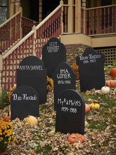DIY Halloween gravestones from upcycled cereal boxes - aus DIY Grabst .DIY Halloween tombstones from upcycled cereal boxes - aus DIY Grabsteine Halloween hallowen 36 Insanely Cute Halloween Party Decorations You Can Make Today, The Halloween Prop, Moldes Halloween, Adornos Halloween, Halloween 2018, Holidays Halloween, Halloween Crafts, Spooky Halloween Decorations, Halloween Season, Happy Halloween