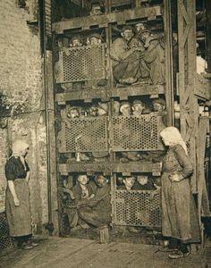 Crammed into a coal mine elevator, coming up after a day of work. Crammed into a coal mine elevator, coming up after a day of work. Vintage Pictures, Old Pictures, Old Photos, History Photos, History Facts, Vintage Abbildungen, Bizarre Photos, Foto Poster, Coal Miners