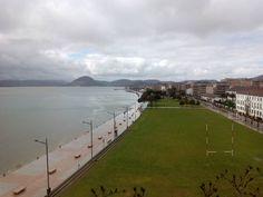 07/03/16 Un día gris en nuestro paseo marítimo que luce igual de bonito. ¡Santoña te espera!