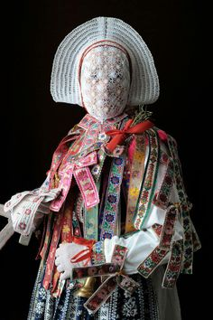 A Sorbian folk costume by Iwajla Klinke/// face -----Sinful man would welcome destruction, that they might be hidden from the face of him who died to redeem them. Folklore, Textiles, Mode Costume, Art Premier, World Cultures, Mode Inspiration, Oeuvre D'art, Traditional Dresses, Costume Design
