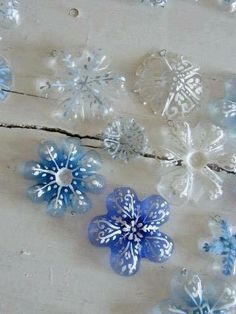 Diy: How To Recycle Soda Bottles Into Christmas Decorations Here is a perfect project for Christmas. Everybody has soda bottles, and you could never have imagined they could make Diy Christmas Ornaments, Holiday Crafts, Fun Crafts, Christmas Holidays, Crafts For Kids, Snowflake Ornaments, Christmas Tree, Diy Snowflakes, Painted Ornaments
