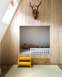 Designing a nursery? You will find ideas and inspiration on Wonen.nl - Old fashioned in a very nice Scandinavian look: we want this box bed for the nursery! End Table Plans, Box Bed, Loft Room, Big Girl Rooms, Kid Spaces, Kids Furniture, Woodworking Furniture, Kids House, Home And Living