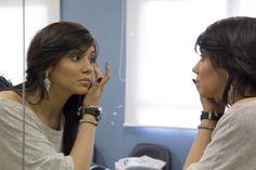 Weny Beatriz também verifica o trabalho das maquiadoras.