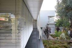 Ramat Hasharon House 1 by Pitsou Kedem Architect Pitsou Kedem, Style Pantry, Glass House, Venetian, Blinds, Backyard, Curtains, Interior Design, Architecture