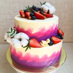 Маскарпоне изготовлен на годовасие маленькой принцессы. Торт украшен цветами хлопка и свежими ягодами. Автор Instagram.com/daryasemenenko