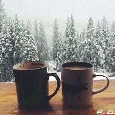 Une tasse chocolat chaud devant la neige qui tombe : les joies de l'hiver