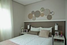 Que tal redecorar o quarto sem quebra quebra? Os projetos a seguir utilizam itens simples, mas de grande efeito, que vão da tinta ao tecido adesivo. Confira