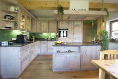Landhausküche in Fichte Altholz weiß gekalkt. Mit grüner Glasrückwand, Planung und Umsetzung: Tischlerei Laserer