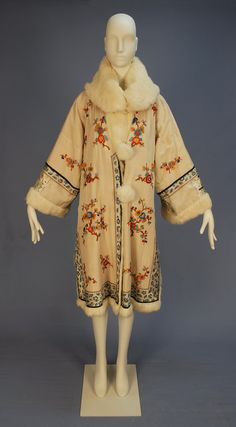 Reversible Chinese Export Coat with fur lining, mid C. White silk embroidered with colorful flowering branches, blue and white trim bands. 1920 Style, Style Année 20, Looks Style, 20s Fashion, Art Deco Fashion, Fashion History, Vintage Fashion, Fashion Outfits, Vintage Outfits