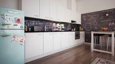 Küche Rückwand Tafelfarbe weiße grifflose Türe