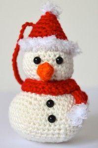 Muñeco de Nieve para decorar el árbol de Navidad - Patrón Gratis en Español - Versión en PDF - Click la foto del muñequito de nieve aquí: http://hastaelmonyo.com/?p=2447