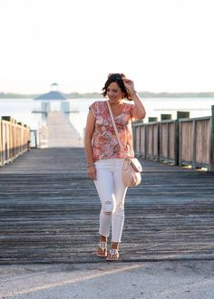 I'm loving this casual floral tee outfit for summer with the LOFT Verano Linen Shirttail Tee and my favorite white distressed crop jeans! Perfect for women over 40 who want to keep it fresh and modern.