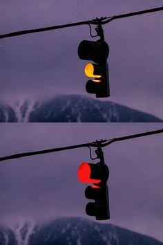 teenagewildlife:    Ominous traffic lights DUN DUN DUUUUUUUUUUUUUN.    Yeahhhh the Twin Peaks traffic light!!!!!!!!!!