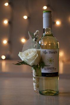 Flescorsage #bloemschikken #bloemstyling #school #bloemen #flowers #floralstyling #wijnfles #decoratie #corsage #winebottle #feestelijk #festive #kerst #twinkles #lampjes #cadeau #gift #needwork Wine Bottle Gift, Wine Bottle Crafts, Bottle Art, Flowers For Men, Decorated Gift Bags, Gift Wraping, Bottle Centerpieces, Host Gifts, Themed Gift Baskets