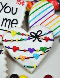 Valentine's Day cookies and other creative sugar cookie designs. Fancy Cookies, Heart Cookies, Iced Cookies, Cute Cookies, Royal Icing Cookies, Cookies Et Biscuits, Cupcake Cookies, Sugar Cookies, Iced Biscuits