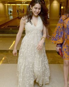 Sara Ali Khan erotic cleavage queen Bollywood and tollywood with her curvy body Show. Hot and sexy Indian actress very sensuous thunder thig. Bollywood Stars, Bollywood Fashion, Bollywood Celebrities, Bollywood Actress, Indian Designer Outfits, Designer Dresses, Indian Dresses, Indian Outfits, Sara Ali Khan