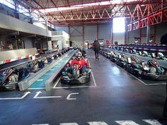 Das melabel®-Team beim Kart fahren. Jeder bekommt einen Kart zugewiesen Basketball Court, Inventors, Workshop, Cards, Photo Illustration