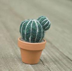 Se trata de un cuidadosamente cactus fieltro de aguja, sentado en una olla de terracota miniatura real es perfecto para una adición poco pequeña a su casa. Maceta medidas 1,75 alta y sobre 2 de diámetro. Cactus es cerca de 1.5 de alto. Lana hace que esta planta normalmente Espinosa, suave al tacto y no se preocupe acerca de que nunca muere. Cactus que reciba pueden aparecer ligeramente distinto al que se en la foto. Sin embargo, será muy cerca en forma y hace del mismo color de lana.