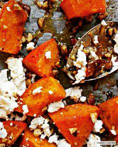 Ovnbagt hokkaido er nok det nemmeste tilbehør, du overhovedet kan kaste dig over, og i selskab med salt feta og sprøde nødder bliver det ikke bedre!