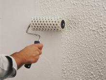 Wände mit Putz dekorieren: Rollputz einfach mit der Rolle auftragen