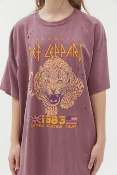 Vintage-look Def Leppard tour t-shirt dress topped with faded graphics at the front. Made from a washed-down cotton with an oversized fit and distressed detailing throughout. Complete with dropped short sleeves and a ribbed crew neck. Only at UO. Pink Floyd, Urban Outfitters Graphic Tees, Geile T-shirts, Oversized Graphic Tee, Aesthetic T Shirts, Aesthetic Clothes, Tees For Women, Urban Dresses, Tour T Shirts