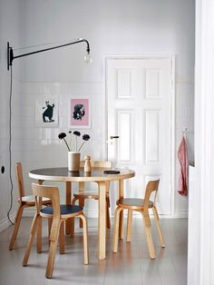 If you want to add a special touch to your Scandinavian dining room lighting design, you have to read this article that is filled with unique tips. Dining Room Inspiration, Interior Inspiration, Dining Room Furniture, Furniture Design, Chair Design, Dining Rooms, Design Design, Modern Furniture, Skandinavisch Modern