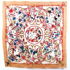 carré de soie supérieure élise beige #mesecharpes.com http://www.mesecharpes.com/carre-soie/grand-carre/carre-de-soie-foulard-beige-elise-87-cm-qualite-superieure.html